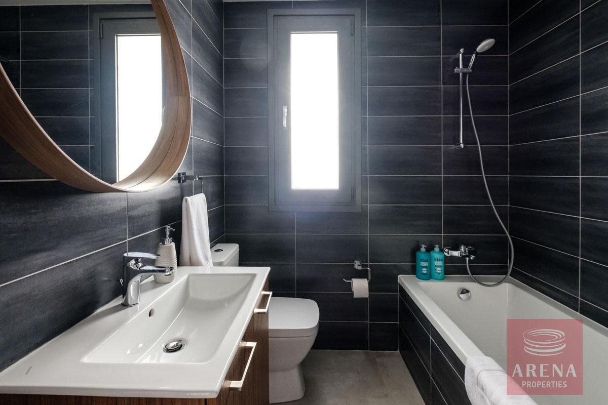 5 bed villa in dekelia - bathroom