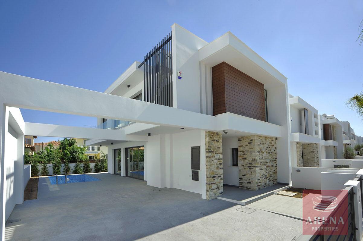 5 bed villa in dekelia for sale