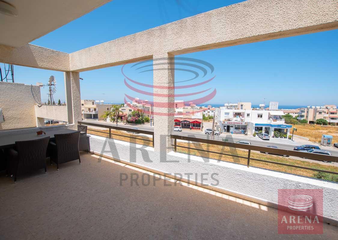 3 bed apt in Paralimni for rent - veranda