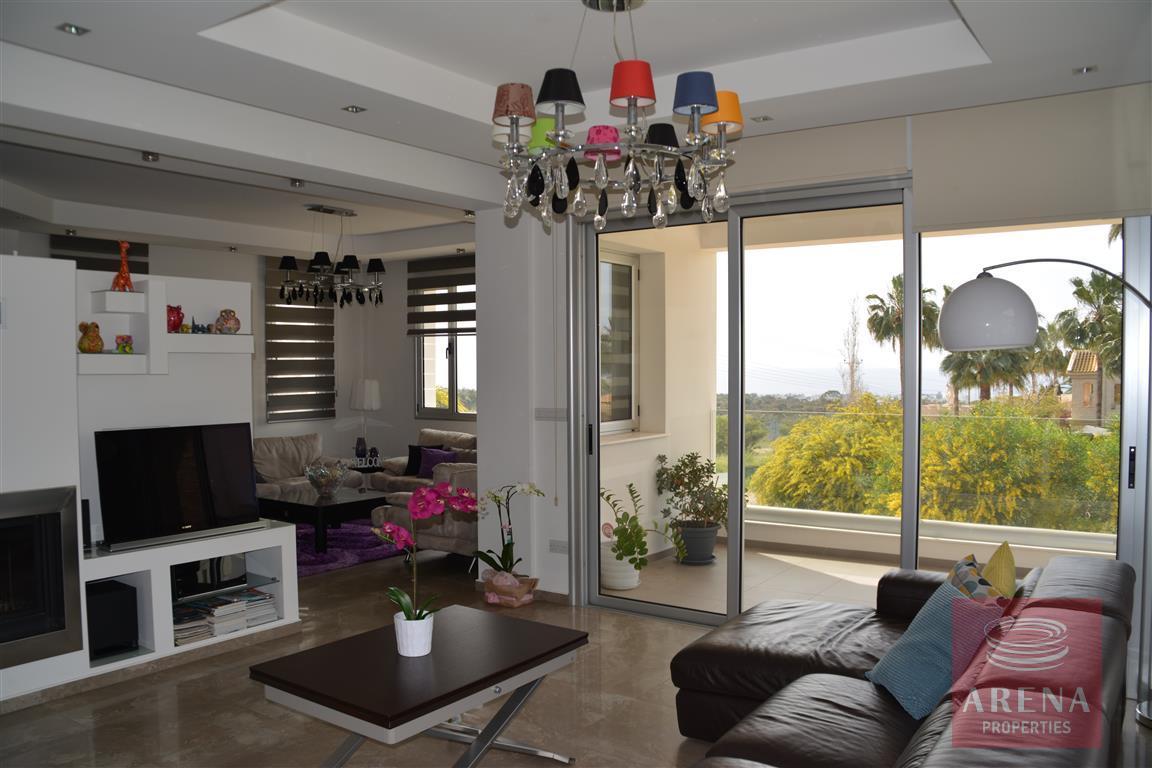 4 bed villa in kokkinos gremmos - living area