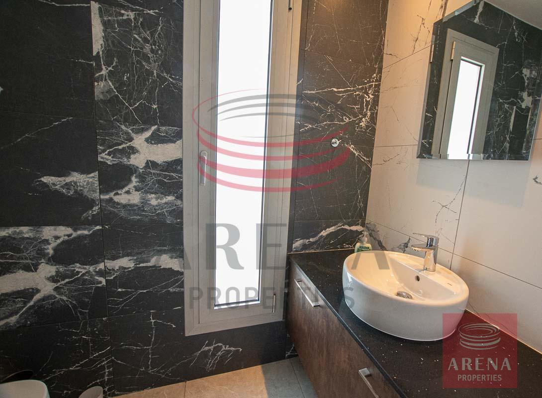 Penthouse for rent in Makenzie - guest wc