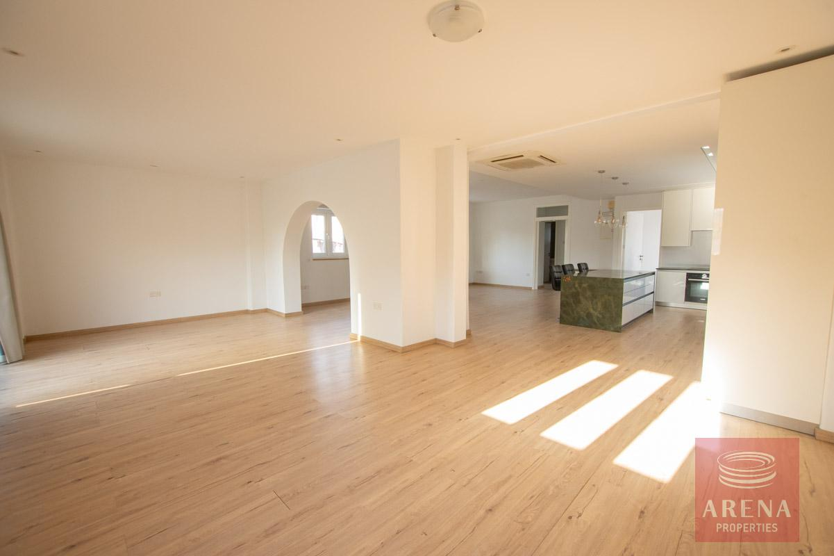 villa to let - living area
