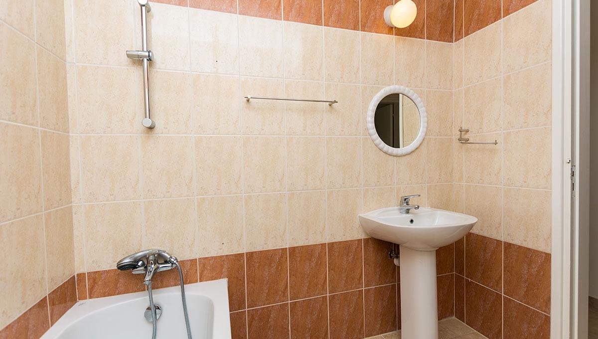 Flat in Paralimni - bathroom