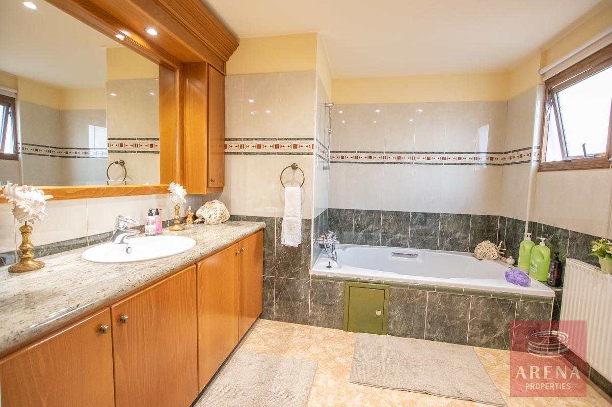 Luxury Villa in Paralimni - bathroom